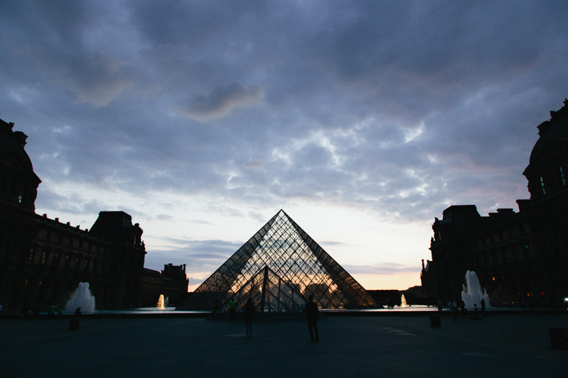 louvre-museum-courtyard-night-photo-paris