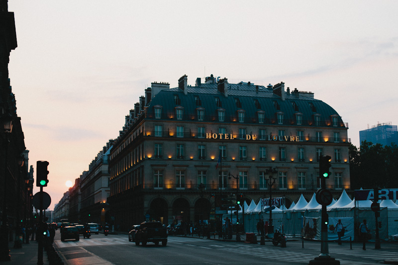 paris-sunset-photo-hotel-du-louvre-paris-street-photo