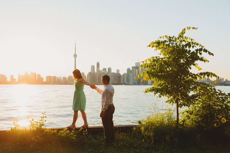 engagement photos toronto skyline